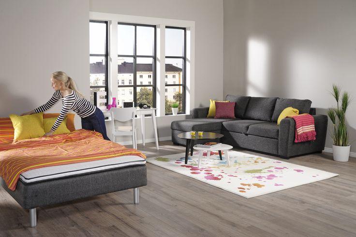 Wilma -joustinsänkypaketti 120x200cm, Ellis -vuodekulmadivaani, Jade työpöytä -ja tuoli, Jade -sohvapöydät, Splash -matto. www.sotka.fi
