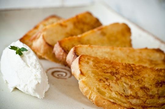 torrada de ciabatta ao aroma de laranja com queijo de cabra