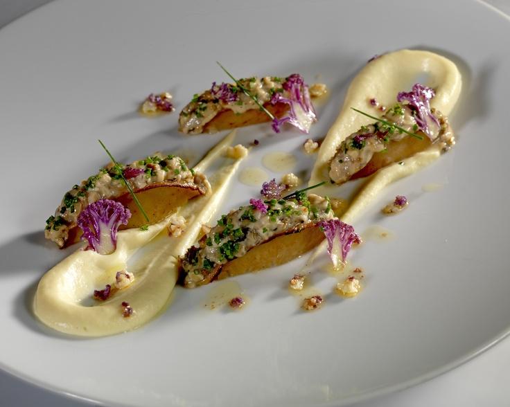 L'ormeaux sauvage cuit meunière, rafraîchi d'un tartare d'huîtres, coulis de chou-fleur