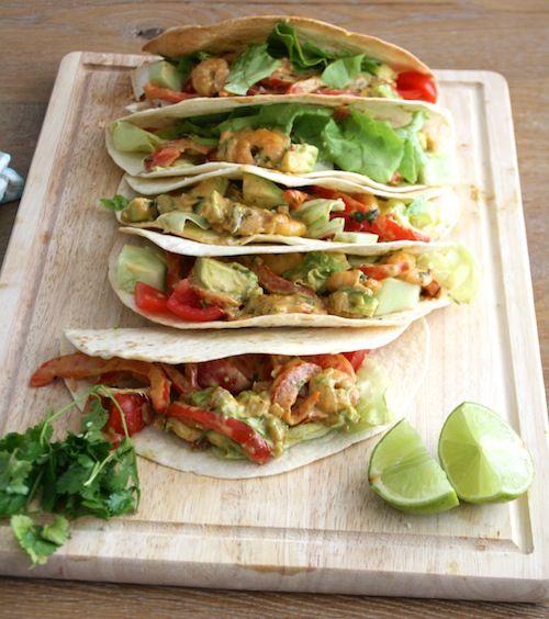 Tortilla's gevuld met romige garnalen en avocado. Serveren met wat verse koriander en limoen en je hebt gegarandeerd complimenten binnen!