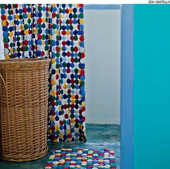 No banheiro da fazenda o fuxico está presente na cortina do box e no tapete do banheiro. Projeto da designer de interiores Neza Cesar.