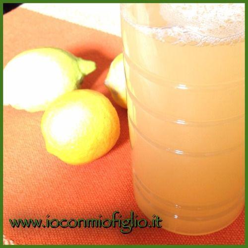 Sgrassatore naturale al limone per la casa - in cucina con mio figlio