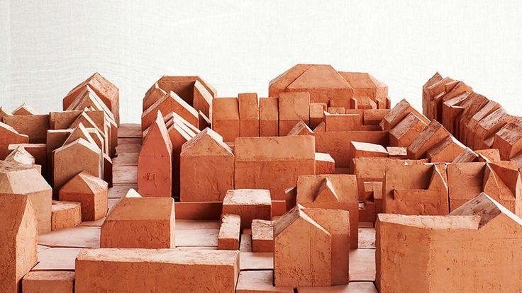 Herausragend: Peter Zumthor hat ein Modell aus Ton für das neue Haus des Little Steidl Verlages in der Düsteren Straße gebaut – das spitze, hohe Gebäude links.