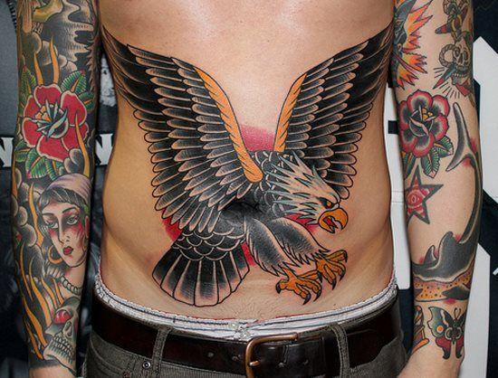 Motif de tatouage couleur aigle sur le ventre