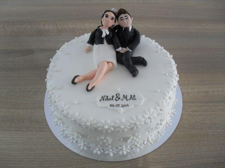 Bruidstaart met geboetseerd bruidspaar/ Weddingcake with couple made of fondant