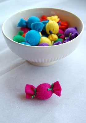 snoepjes uit vilt voor de poppenhoek/winkel