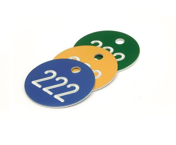 Distintivi per armadio e Guardaroba numerate . Materiale in alluminio ø 30  Marchi alluminio colorati con 1-3 cifre numero incisa in bianco. con occhiello / pozzetto e ganci S-metallici Disponibile in 3 colori: Blu ,Giallo e Verde  Numeri disponibili da: 0 a 999 possibili.  (Si prega di specificare al momento dell'ordine) Tempo di consegna: 10 gg lavorativi