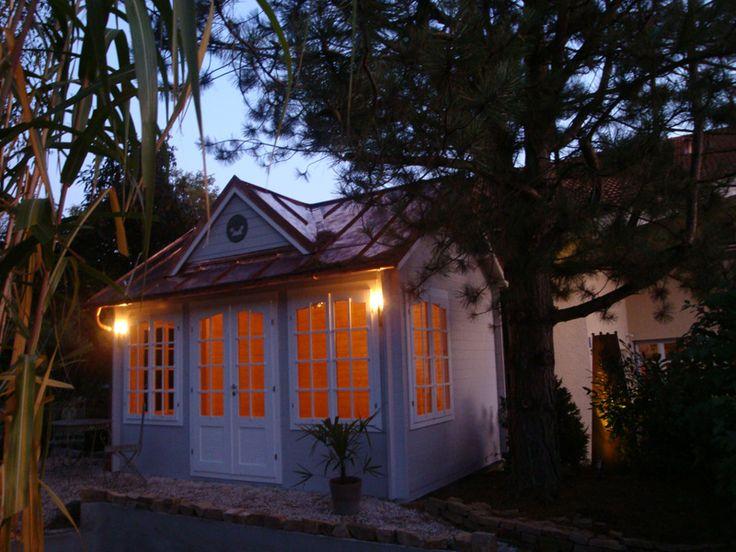 Stilvoll beleuchtetes clockhouse gartenhaus am abend - Gartenhaus clockhouse ...
