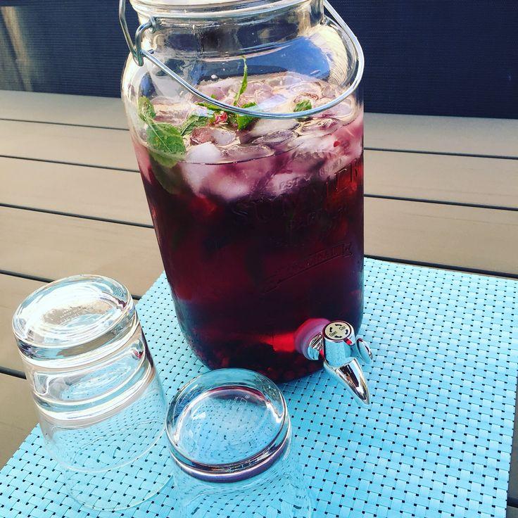 Healty aqua. Water met diepvries rode vruchten, verse mint en ijsblokjes.