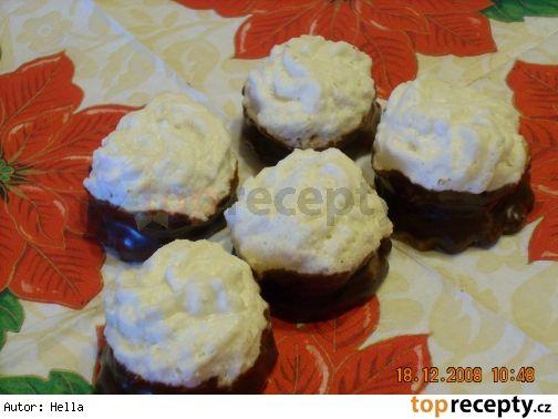 Plněné kokoskyKokosové těsto: 4 bílky, 200 g cukr písek, 200 g kokosu Linecké těsto: 150 g hladké mouky, 100 g másla, 50 g cukr moučka, 2 žloutky. Čokoládový krém: našleháme 100 g másla a 50 g mírně rozehřáté čokolády na vaření. Pikantní marmeláda, čokoládová poleva.