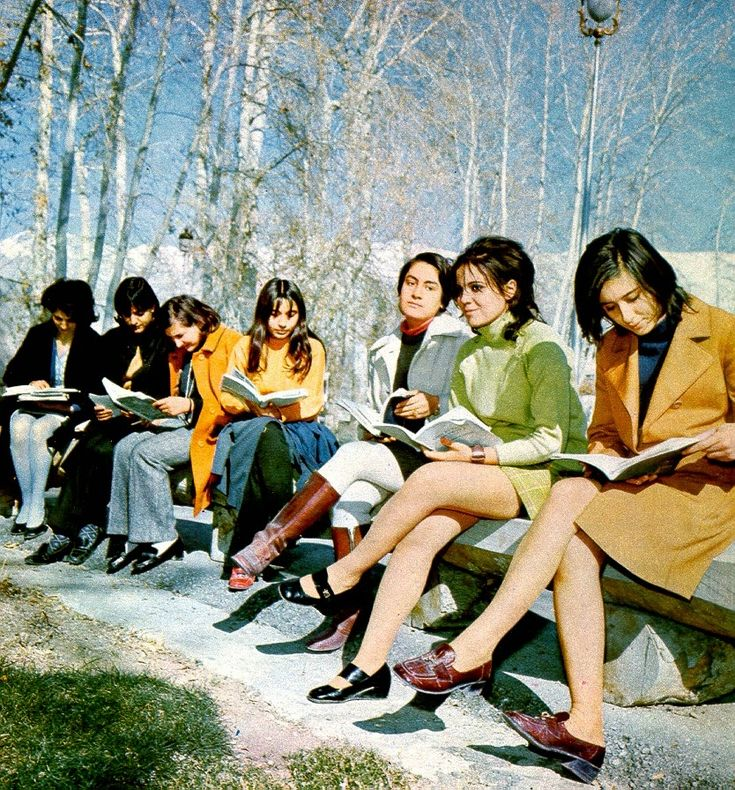 Before the 1979 Revolution – 20 Stunning Color Photographs Show Beautiful Iranian Fashion of the 1970s