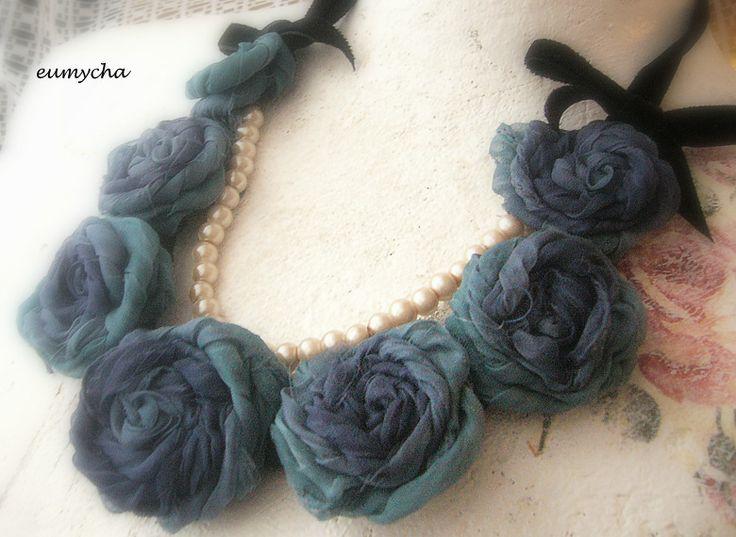 Róże w odcieniach nieba www.robotkowyswiatmychy.blogspot.com  Róże z resztek tkanin, bardzo lubię robić taką biżuterię. Można zrobić taki naszyjnik z każdego kawałka tkaniny, dopasować do każdej kreacji.