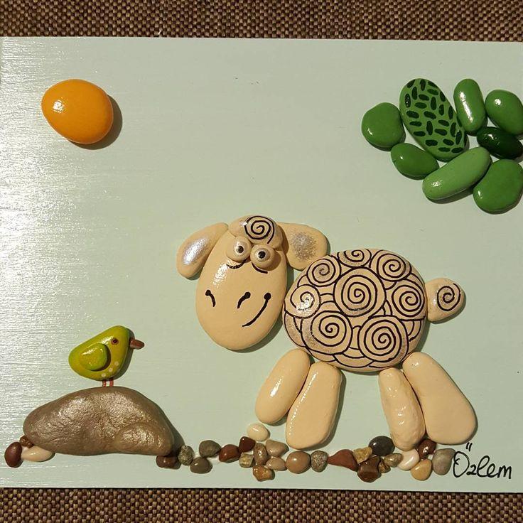 17x20 cm. #tasboyama #taşboyama #tasboyamasanati #tablo #paint #stones #stoneart #stonepainting #handmade #akrilikboya #hobi #elyapimi #elemegi #hediyelik #hediye #gift #dekorasyon #sevimlihayvanlar #cocukodasidekorasyon #couleurs #boya #kisiyeozelhediye #sanat #satılık #siparisalinir #koyun #kus