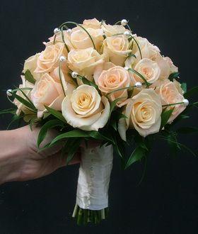 rózsa, ruscus, macifű, gyöngyök menyasszonyi csokor - esküvő virág