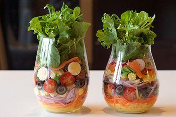 こちらは、ワインタンブラーを使ったサラダ。ジャーサラダの自宅バージョンで、パーティーなどにも喜ばれる盛り付けです。食べるときは、別皿にあけて。一番下にドレッシングが入っているので、お皿にあけたときに最後にドレッシングがかかります。