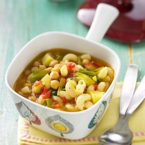 Suppe zum Abnehmen : Italienische Nudelsuppe Auch hier bleibt der Pürierstab in der Schublade. Kartoffel, Porree, Tomate und Kichererbsen kochen vor sich hin und bekommen zum Schluss Besuch von den Nudeln. Vor dem Essen die Suppe mit Grana-Padano-Käse bestreuen. Gut geeignet zum Lunch.   Zum Rezept: Italienische Nudelsuppe