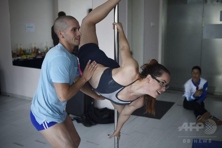 中国・北京で行われたポールダンス世界選手権の準決勝を前に、楽屋で練習する選手(2015年4月11日撮影)。(c)AFP/WANG ZHAO ▼14Apr2015AFP ポールダンスは「スポーツ」、五輪種目への採用訴え 中国 http://www.afpbb.com/articles/-/3045276 #Pole_dance
