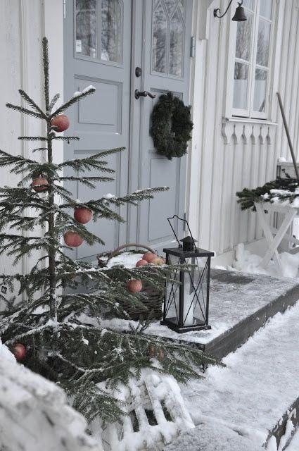 Heel leuk idee om de kerstboom buiten te plaatsen. Tijdens de sneeuw breng je zo toch nog kleur buiten.