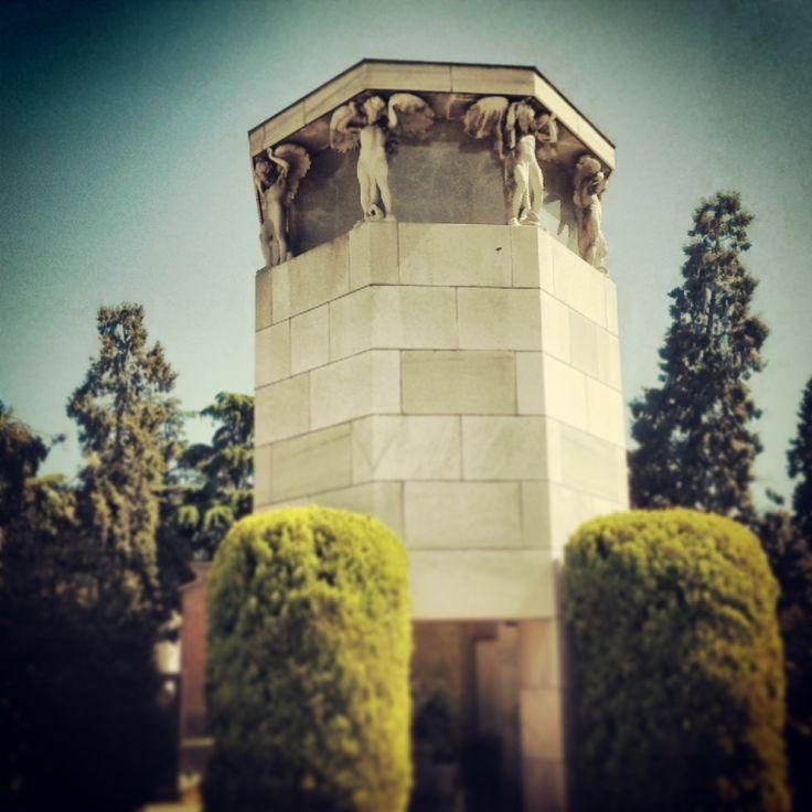 La sepoltura della famiglia Rizzoli è opera dello scultore con l'aiuto dei figli Achille e Pier Giacomo