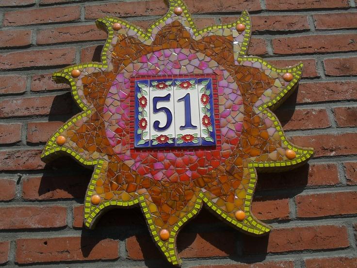 In Italië heb ik ons huisnummer gekocht. Daar wilde ik nog iets mee doen. Later bedacht ik me, dat ik het in een grote zon wilde verwerken. Dit is het mooie en zonnige resultaat.