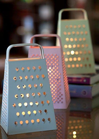 Troque o queijo e a cebola por pequenas velas e dê um novo uso para os raladores. Os furos e furinhos desses utensílios de cozinha são perfeitos para criar um efeito aconchegante na iluminação