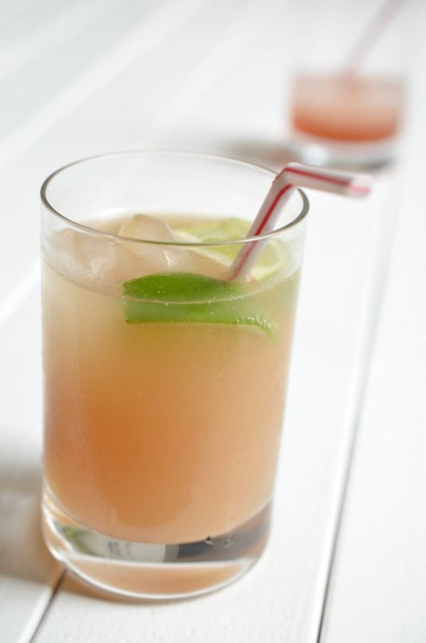 Glas mit Rhabaerberschorle aus selbstgemachtem Sirup in Großaufnahme