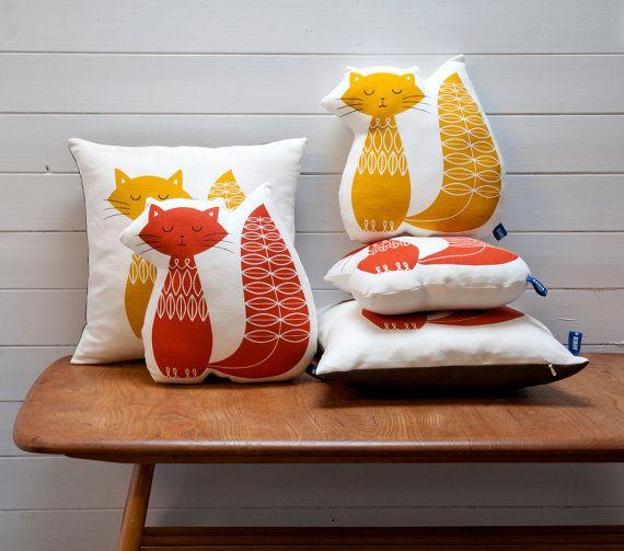 Hand Screen Printed Cat Pillow in Burnt Orange por robinandmould #ColorPower #pillows #serigrafia