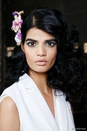 Descubre cómo crear rizos en el cabello alisado: conoce los trucos para variar el cabello liso.