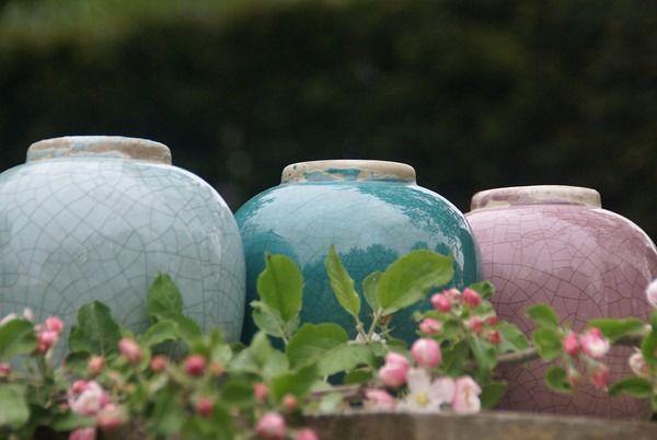 Oude potten en vazen. Mooi op oude meerpalen of strakke hoogglans sokkels.  zie www.sokkel.nl