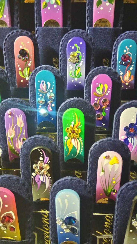 Limas de cristal fabricadas en vidrio templado checo de alta calidad y decoradas con cristales Swarovski, uno de nuestros productos más vendidos. Valoradas como una de las herramientas más seguras y duraderas para manicura, nuestras limas de cristal para uñas satisfarán sus necesidades, tanto si es para uso profesional o para uso personal. Ofrecemos gran variedad de diseños, incluso con figurillas de plata y piedras semipreciosas.