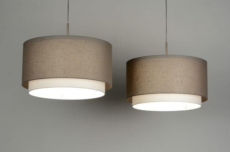 Sfeervolle hanglamp, met 2 dubbele kappen. Een Taupe kleurige kap van stof en de binnenste kap is wit .. Website www.rietveldlicht.nl