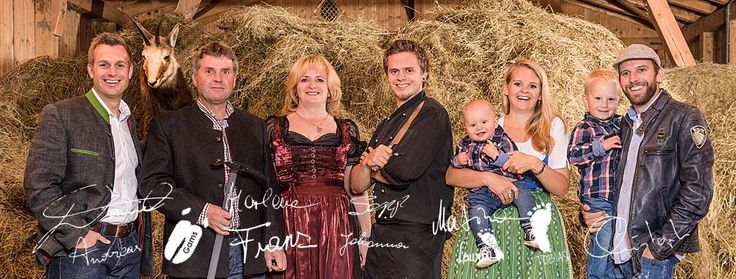 Die Gastgeberfamilie Egger & Hofer, im Hintergrund das gesunde Bergheu aus Eigenproduktion