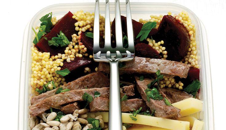 Nervennahrung: Salat mit Hirse, Rinderfilet, Broccoli, rote Bete, Greyerzer Käse, Sonnenblumenkernen und Petersilie