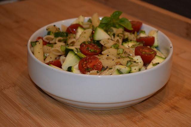 Dominique's kitchen: Pastasalade met kerstomaatjes, courgette en verse ... Pastasalade met kerstomaatjes, courgette en verse kruiden   Pasta salad with cherry tomatoes, zucchini and fresh herbs  Nieuwsgierig naar het recept? Neem een kijkje op mijn blog. Curious for the recipe? Visit my blog.  #pastasalade #kerstomaat #cherrytomato #courgette #zucchini #basilicum #basil #rozemarijn #rosemary