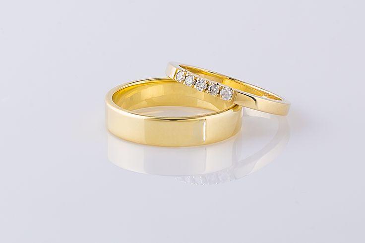 Alliancering met vijf diamantjes als onderdeel van een set 14 karaat gouden trouwringen.