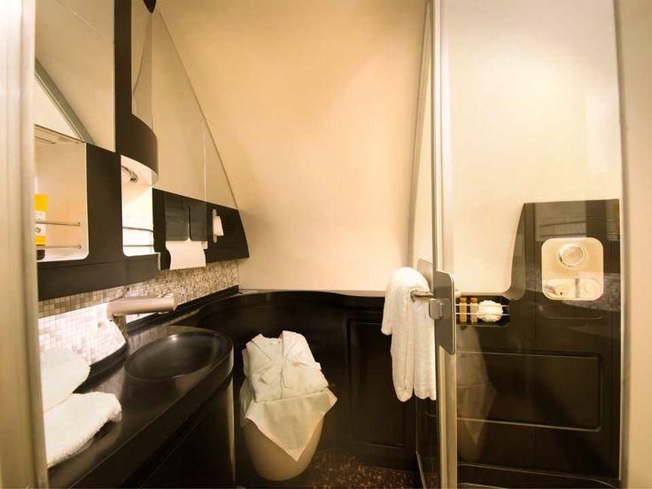 """ETIHAD AIRWAYS AIRBUS A380:  Vor Ankunft eine erfrischende Dusche? Kein Problem in der Luxus-Suite """"The Residence by Etihad"""".  #Etihad #A380 #Airbus"""