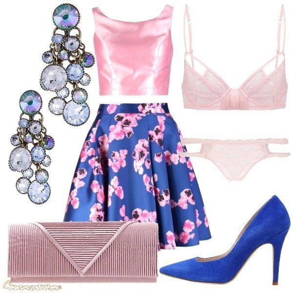 Questo look parte dall'intimo, rosa chiaro, in pizzo. Si arriva all'abito, dove troviamo la gonna blu con fiori rosa ed il top monocolore, rosa, senza maniche. La scarpa décolleté, riprende il colore della gonna, mentre la cluth resta sui toni del rosa. Completano l'otfit, degli orecchini gioiello.