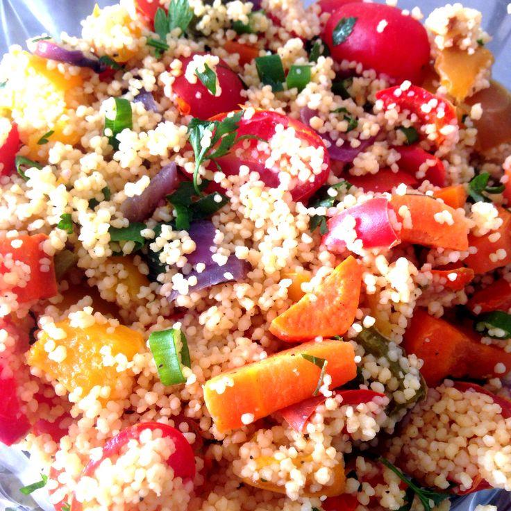 Couscous Marroquino cozido no caldo de legumes com verduras assadas na ghee. Temperado com sal rosa do himalaia, pimenta-do-reino, azeite e limão siciliano.