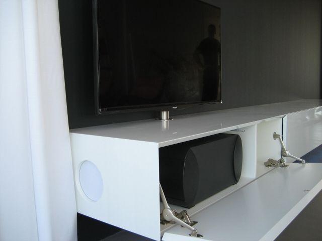 Collectie design meubel: AUDIO OPLOSSINGEN VOOR DESIGNMEUBELEN, BOSE SUBWOOFER in de zijkant van lowboard ALPHA