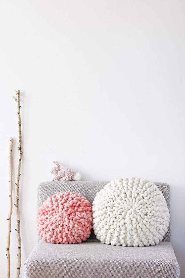 DIY Tutorial for a chunky knitted round pillow with short rows and kitchener stitch grafting of garter stitch.