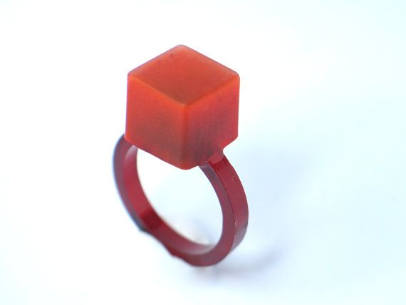 Un cubo di llitle fatto con il cerchio di resina e acrilico nel colore rosso. Minimal e divertente.  Mio lavoro caratterizzata da colori brillanti e resina. La resina si traduce in un pezzo durevole che ha una lucentezza naturale ed è resistente ai graffi. Sabbia a mano i bordi per un pezzo liscio con una bella lucentezza.  Io a mano rendono ogni pezzo nel mio studio a Barcellona e due non sono uguali. Questi gioielli sono fatti a mano e lievi imperfezioni fanno parte del carattere del…
