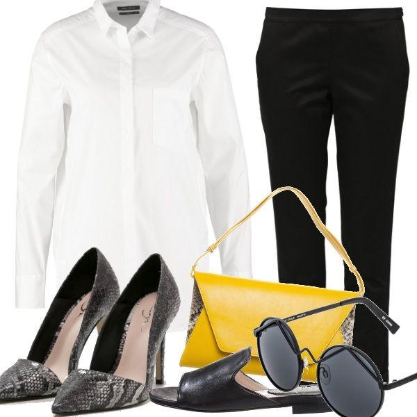 La camicia bianca è un capo passepartout per passare dal giorno alla notte in uno schiocco di dita. Sempre di classe e impeccabile abbinata al pantalone nero. Calzate comode ciabattine flat di giorno e tacchi alti di sera, la clutch senape per affermare la vostra personalità e classe.