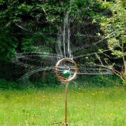 Simple Bew sserung Wassersprinkler Blumengl ck Mit der Glaskugel auf seinem Stab erinnert der Wassersprenger an eine Pusteblume die sich um sich selbst dreht