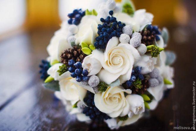Из коллекции «Букет невесты для зимней свадьбы» Зимний букет  Букет невесты из роз для зимней свадьбы вы можете сочетать с хвоей, ягодами, шишками, хлопком и другими натуральными материалами.