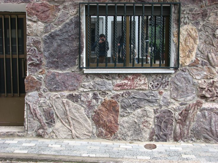 Frente al Hotel Restaurante Montesol, donde disfrutaras de una cocina auténtica, existe una curiosa fachada repleta de fósiles.
