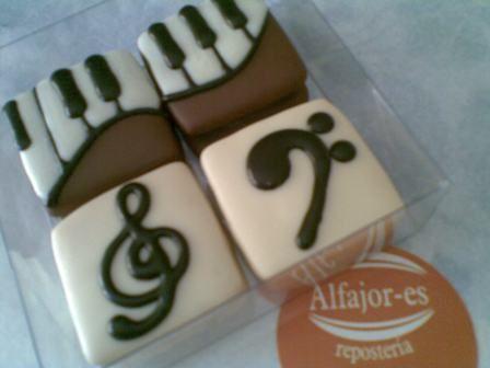 teclado y notas musicales en Alfajores Regulares (medianos)