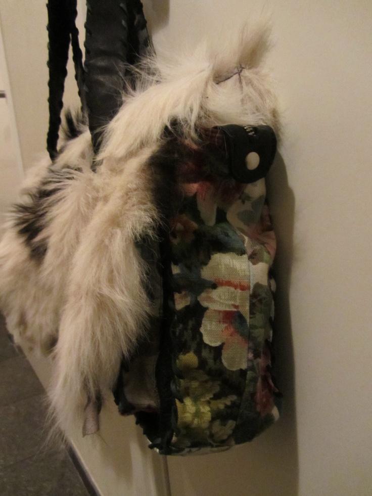 Zwart leren tas met geitenvacht en gebloemde stof