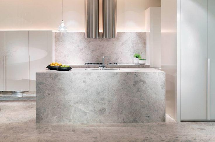 Marmor in der Küche ist von unbestechlicher Schönheit und bringt seine ganz eigene Geschichte als Material mit. Marmor ist ein Liebhaberstück, das an die Statuen der alten Griechen und Römer erinnert, an Königspaläste und Prunk. Wir zeigen die schönsten Marmorküchen mit Marmor-Arbeitsflächen, Marmor-Küchenblöcken, Marmor-Küchenrückwänden und Marmorböden.