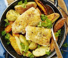 Torsk i ugn är gott och mättande, här i en smarrig kombination med rostad sötpotatis. Allting görs på samma plåt i ugnen som gör att både fisk och potatis får en fint krispig yta. Ringla över en sval, enkel sås på gräddfil och chilisås och komplettera med färsk persilja och körsbärstomater.