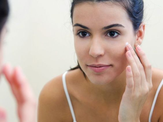 Es indicado de forma especial para retensar y elevar el rostro, rellenar la arrugas e hidratar la piel